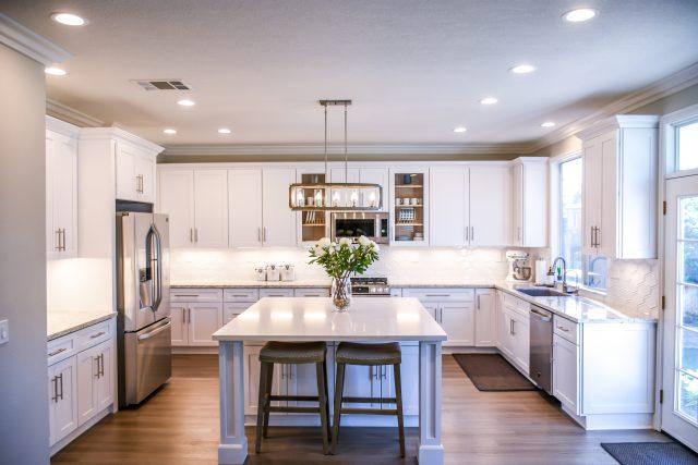 Co między szafkami w kuchni? Pomysły na wykończenie ścian